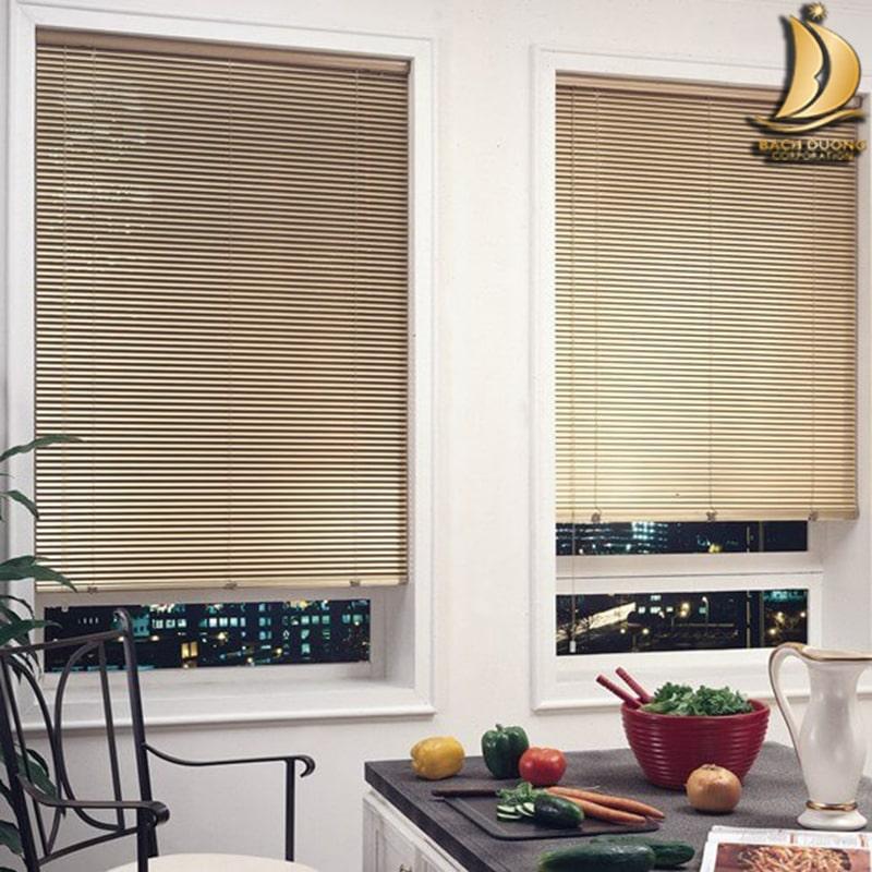 Tạo không gian gần gũi với thiên nhiên cho phòng bếp với rèm sáo nhôm