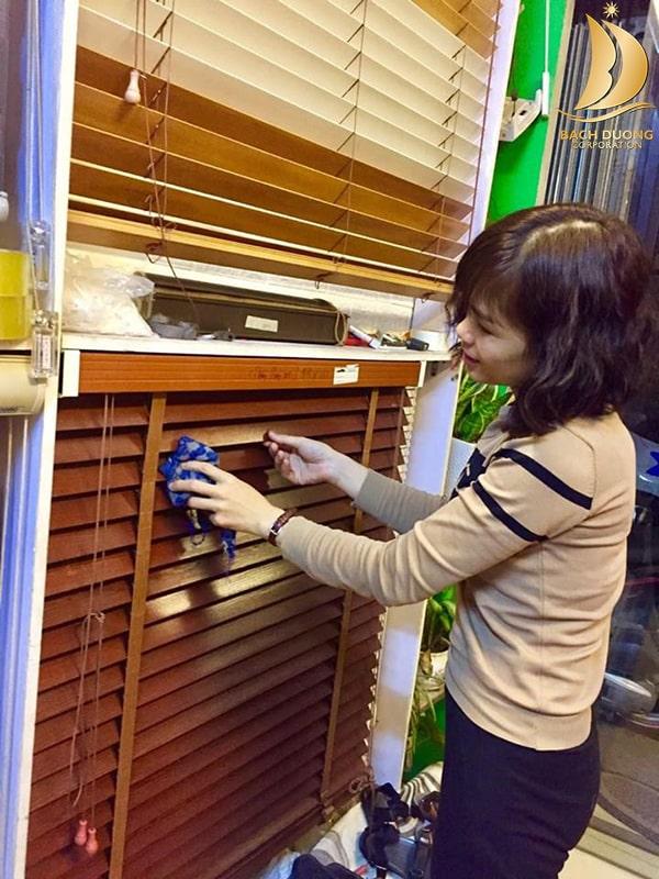 Hướng dẫn cách vệ sinh rèm sáo gỗ tại nhà